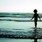 海と子供の画像