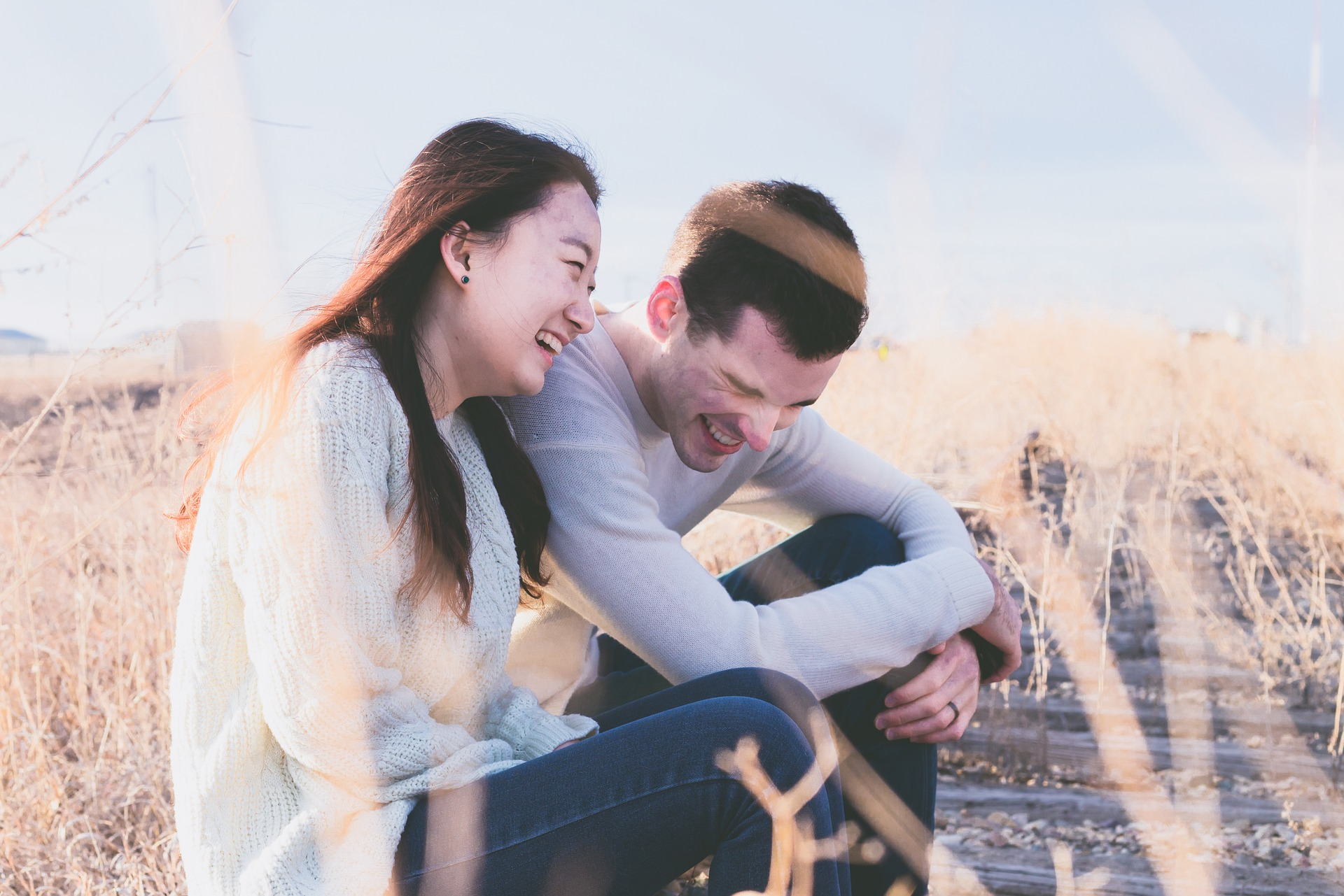 幸せそうなカップルの画像
