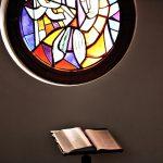 ステンドグラスと聖書の画像