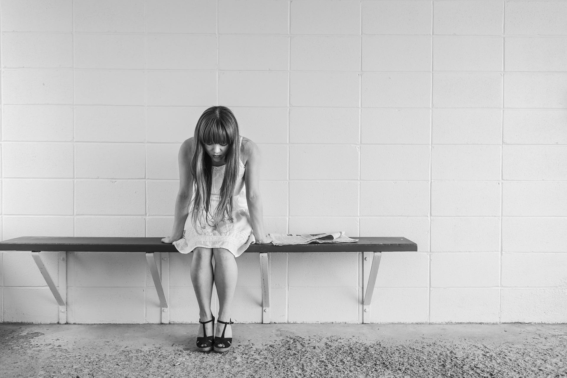 苦しみを感じる女性の画像
