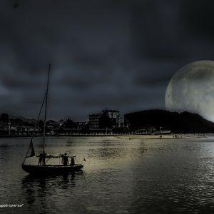 夜の海と輝く月