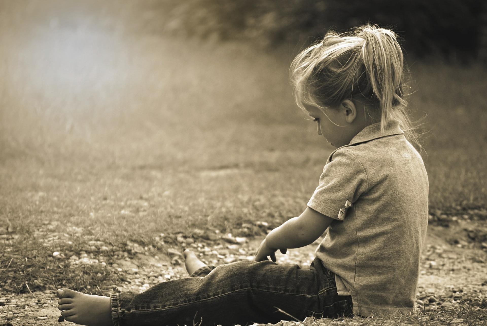 セピア調の子供の写真