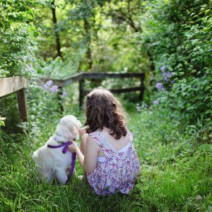 植物と少女と犬