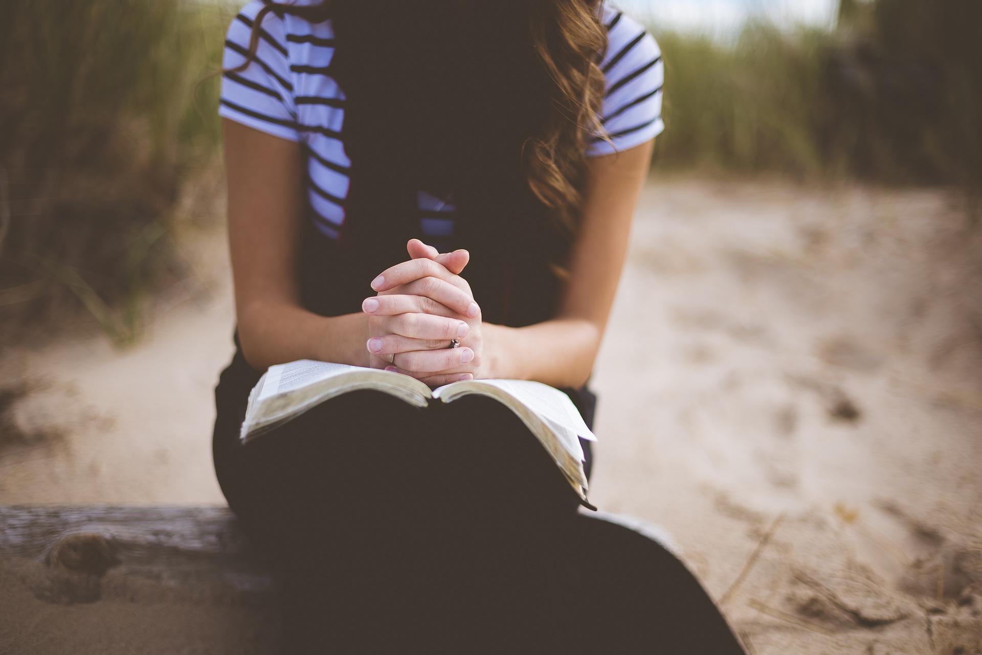 手を止め祈る女性