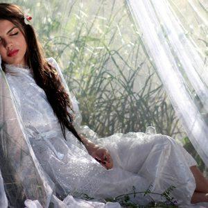 庭で眠る女性