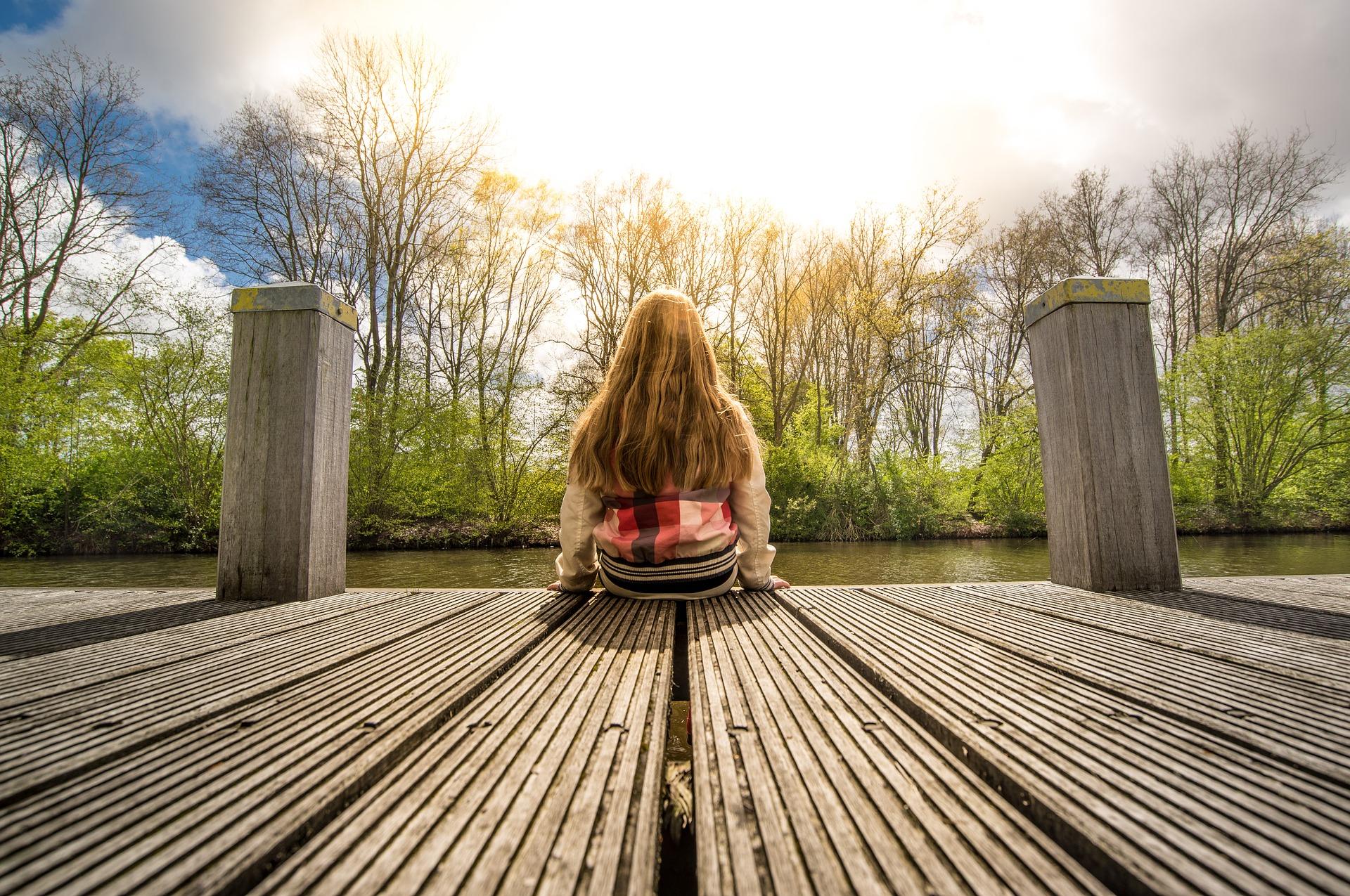 座って自然を眺める女性