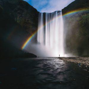 水が流れる滝