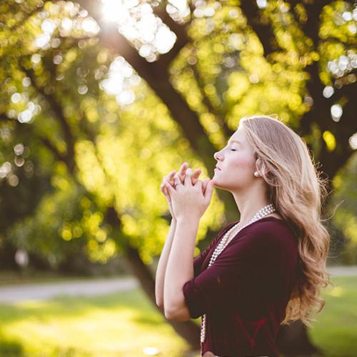 天と地に祈る女性
