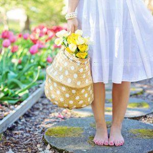 花の入った篭をもつ女性の画像