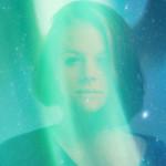 枕元に立っていた宇宙人は緑のキレイな光に包まれていた
