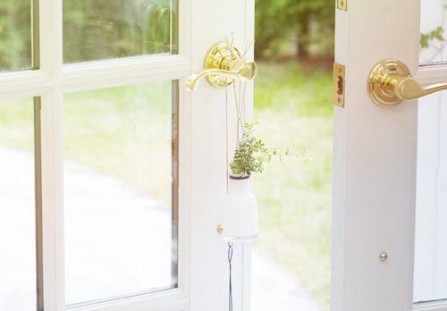 白い扉の画像