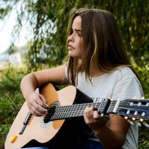 自然の中で歌を歌う女性の画像