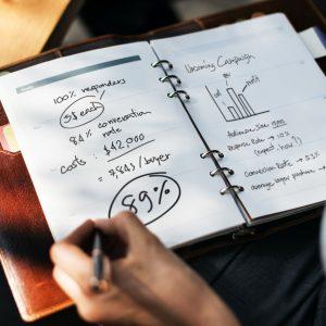 計画を手帳に書いている画像