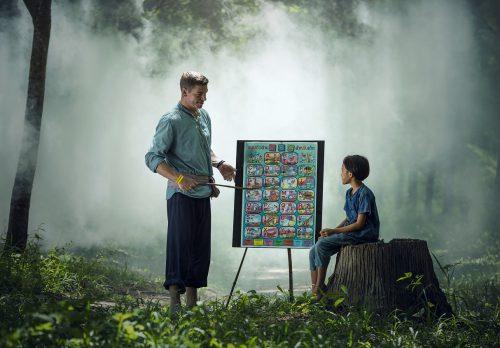 夢の中で前世の記憶を少年に教える霊的なマスター。