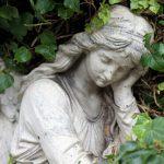 自然に飲み込まれる天使の石像