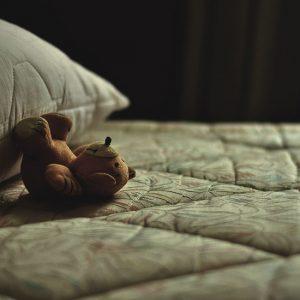 夜の寝室とぬいぐるみ