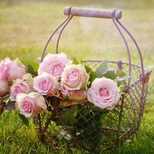 篭に入ったバラの花束