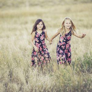 原っぱで遊ぶ2人の少女
