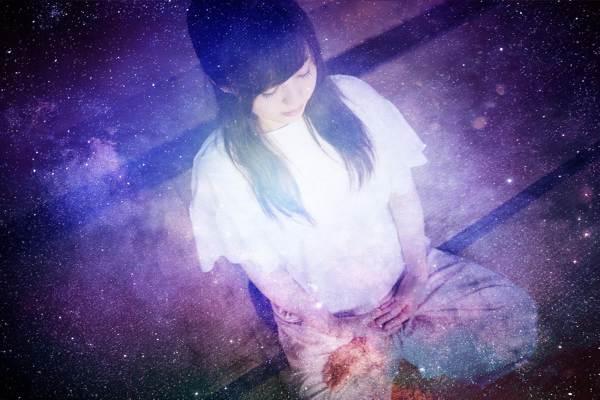 祈りと瞑想をする少女