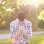 神に祈る男
