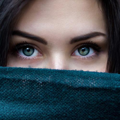 真実を見つめる女性