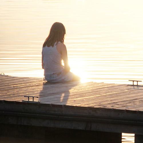 人生に疲れた女性が光に満たされる