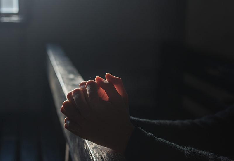 祈り、神へと問いかける