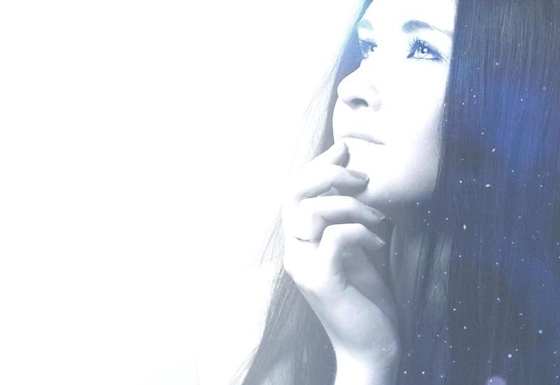 銀(シルバー)のオーラの女性画像