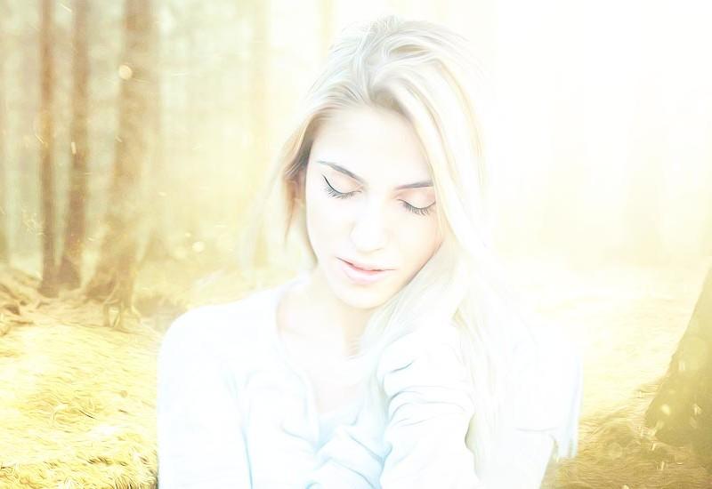 オーラの光がぶわっと出ている女性の画像