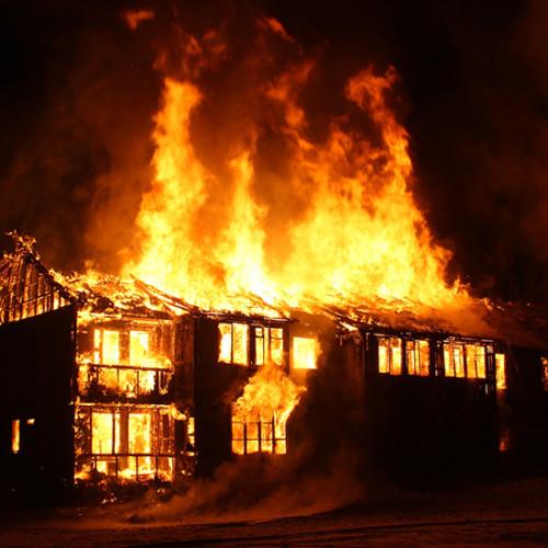 火事で燃える家