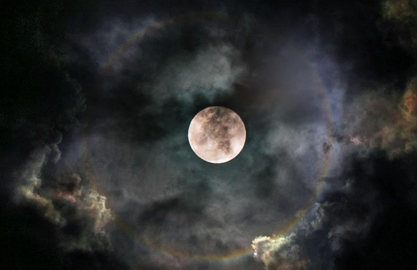 月の周りの虹